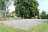 asfaltové hřiště u školy